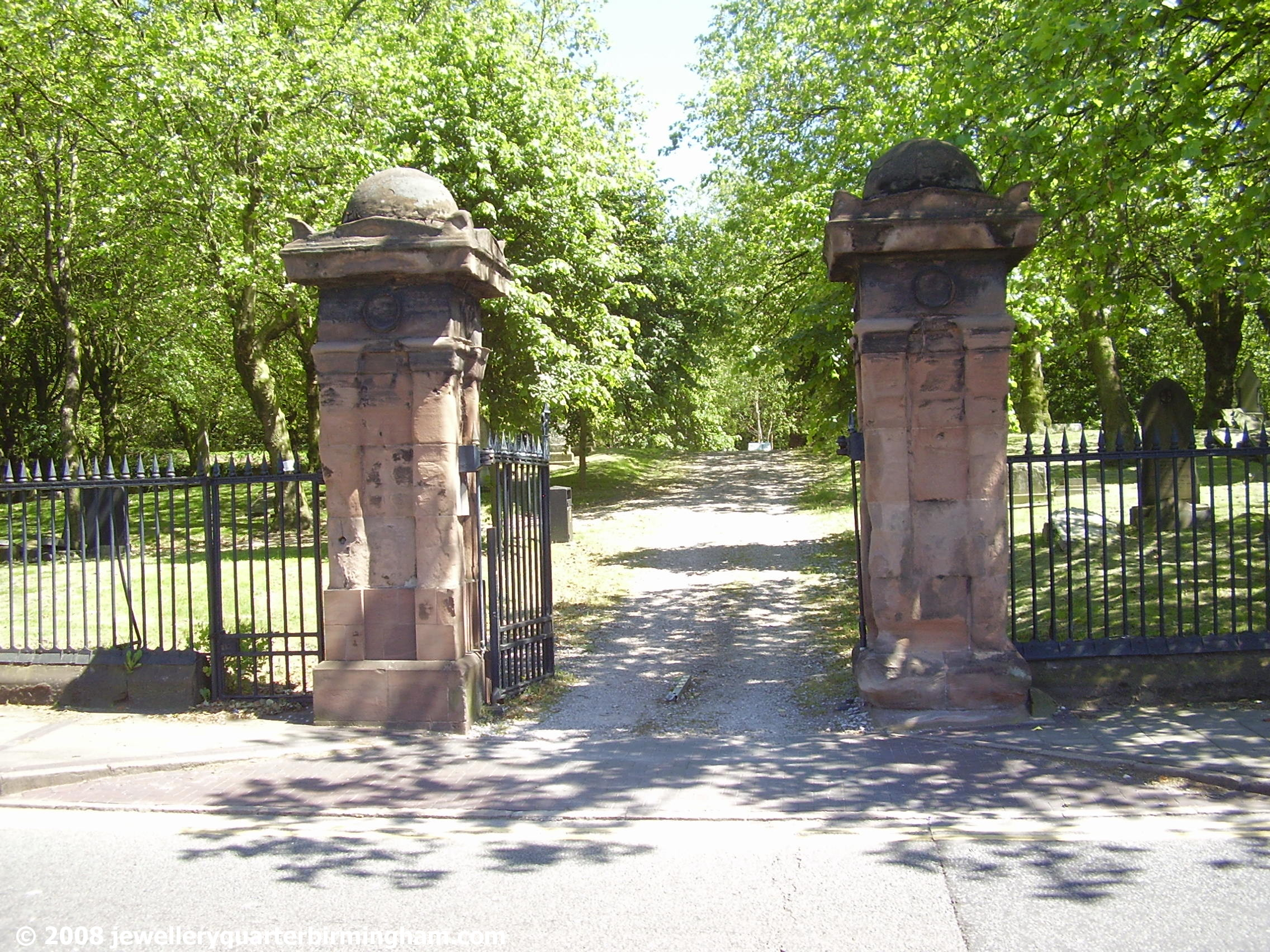 Main-entrance-in-Icknield-St-to-Key-Hill-Cemetery.jpg 2008